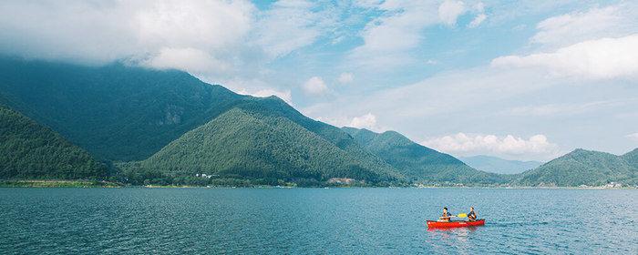 大自然の西湖でカヌーを楽しむ人々