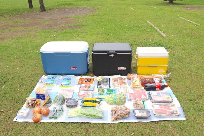 3つのクーラーボックスとその前に並べられた食材