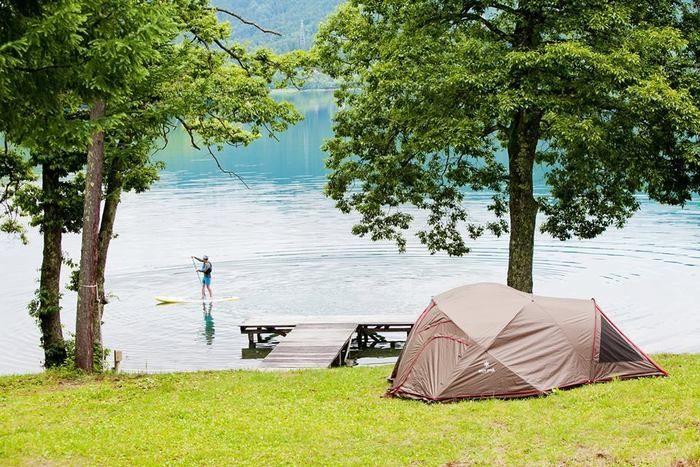 ライジングフィールド白馬の青木湖を望むキャンプサイト