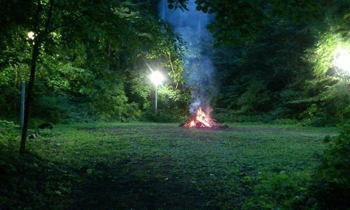 皇海山キャンプフォレストで焚き火をする様子