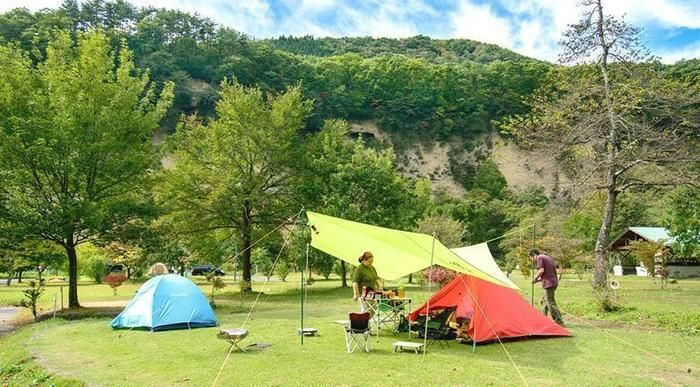 湯島オートキャンプ場でキャンプを楽しむ人々