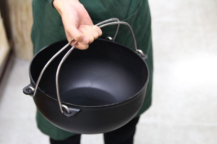 ダッチオーブンを持つエルブレス御茶ノ水店の中島さん