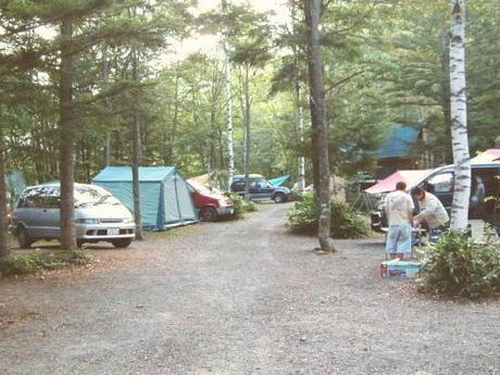 アイミックス自然村南乗鞍オートキャンプ場でキャンプを楽しむ人々