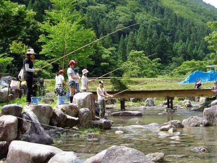 人工河川「なかんじょ川」で釣りを楽しむ家族