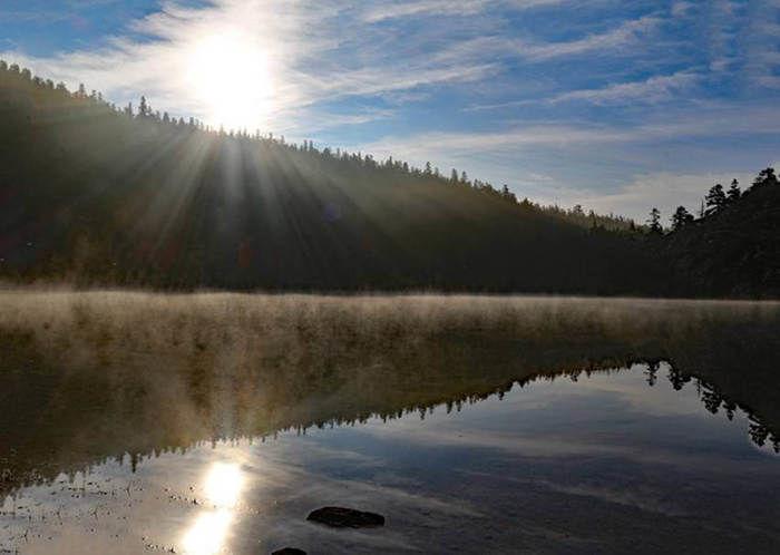 朝日を映す湖