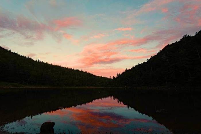 夕日を映す湖