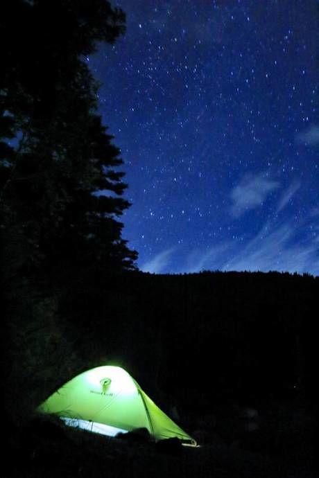 美しい星空と光るテント