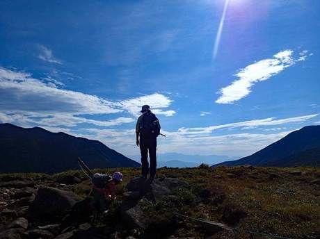 双子山山頂に佇む男性の後ろ姿