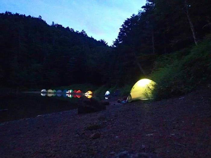 池のほとりのカラフルなテント