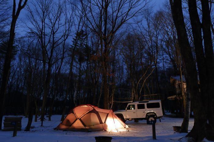雪上に張られた光るテント