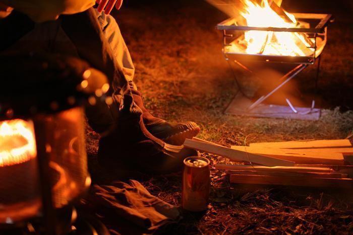 焚き火と人の足元