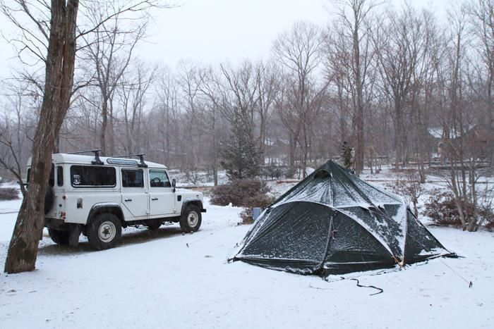 雪をかぶったテント