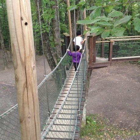 スウィートグラスの吊り橋を渡る親子の後ろ姿