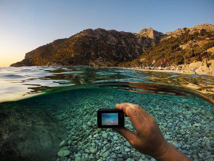 スノーピーク フィールドバリスタ シリーズで水辺の写真をとる様子