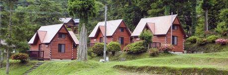 緑の休暇村 青根キャンプ場の並ぶコテージ