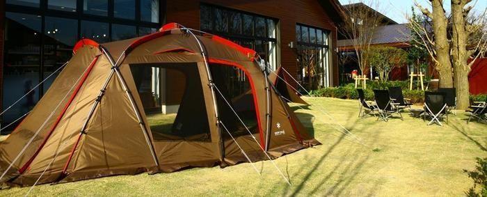 スノーピークの野外に展示されたテント