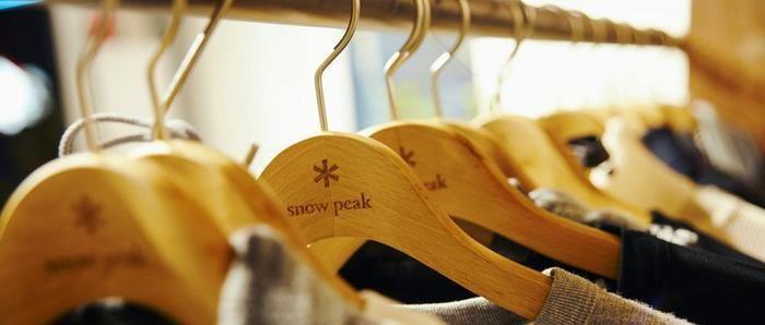 スノーピークの洋服がたくさんかけられたハンガー