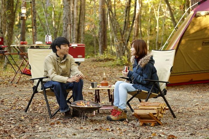 レイチェアに座り向き合って会話を楽しむ男女