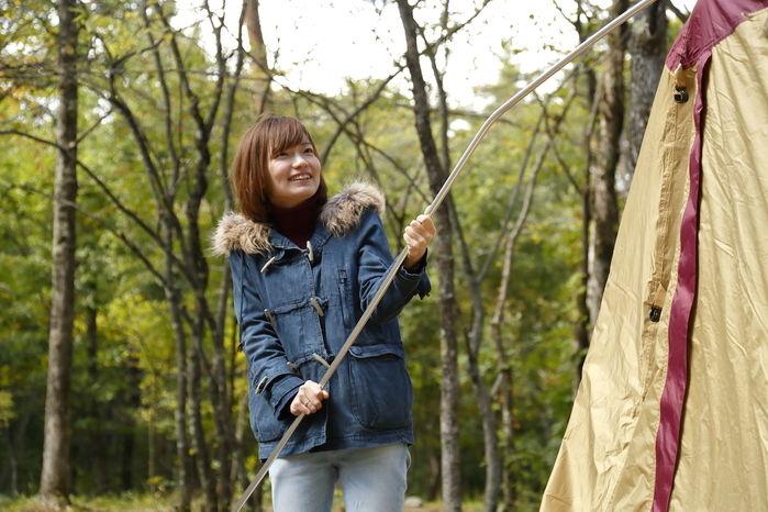 テントを設営している女性