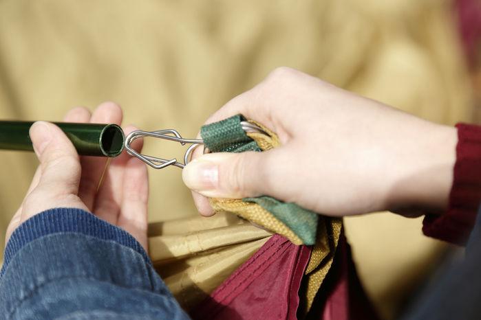 テントを設営している人の手元