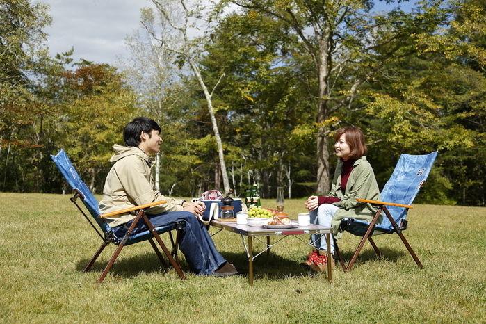 外での食事を楽しむ男女