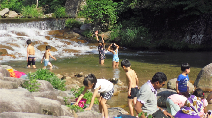 五頭山麓いこいの森の側の小川で遊ぶ子供たち
