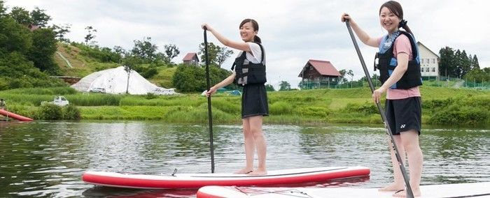 大厳寺高原 松之山キャンプ場でSUPを楽しむ女性