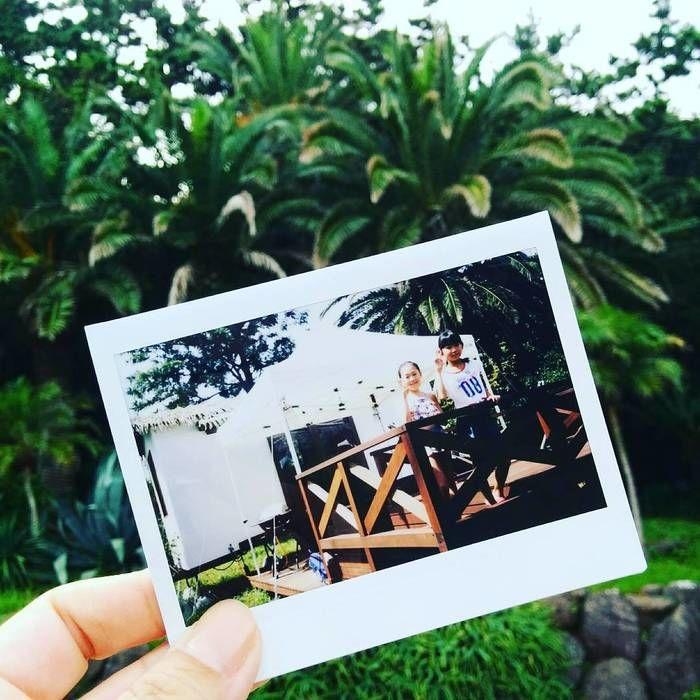 リゾート感ある背景に、リゾートヴィラのデッキの上で姉妹並んで撮った写真を合わせた写真