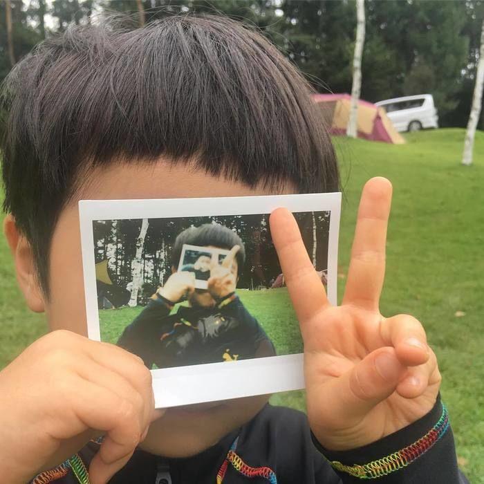 写真の中のお子さんはまた写真を持っていて、と写真の中に写真が無限に写っているかのような作品