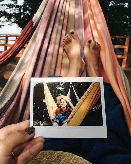 PICA山中湖のハンモックを楽しんでいる写真をハンモックに乗りながら眺めている写真
