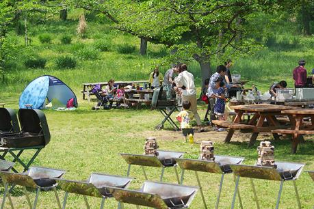 国営武蔵丘陵森林公園でバーベキューを楽しむ人々