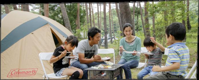 秋保リゾートホテルクレセント 森林スポーツ公園でバーベキューをする家族