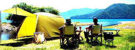菖蒲ヶ浜キャンプ場で湖を見ながらキャンプを楽しむ2人