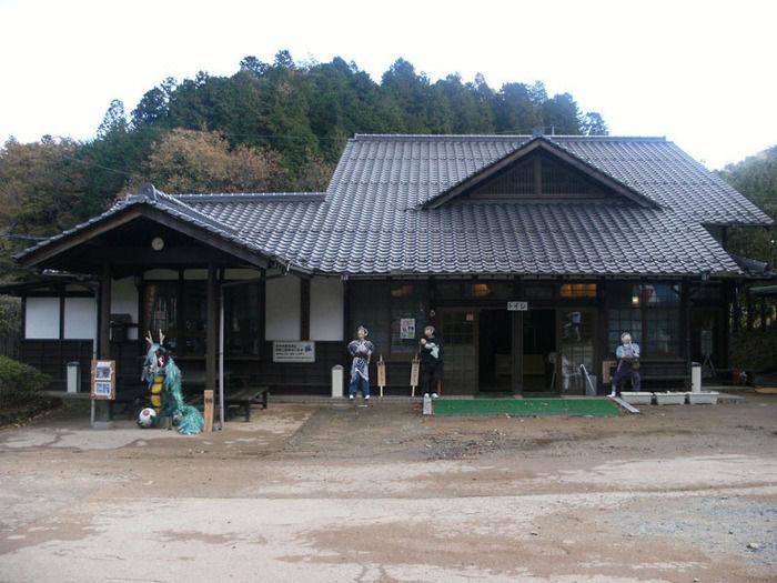 矢野温泉公園四季の里キャンプ場 瓦屋根の建物