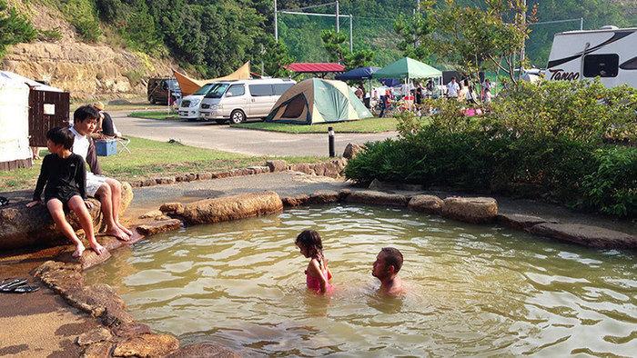 グランパスリゾート白浜の露天風呂に入る親子