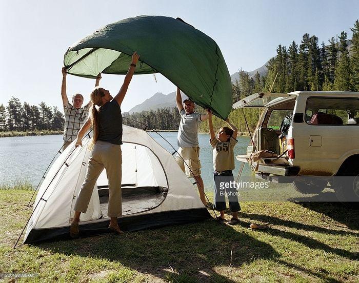 テントを設営するファミリー
