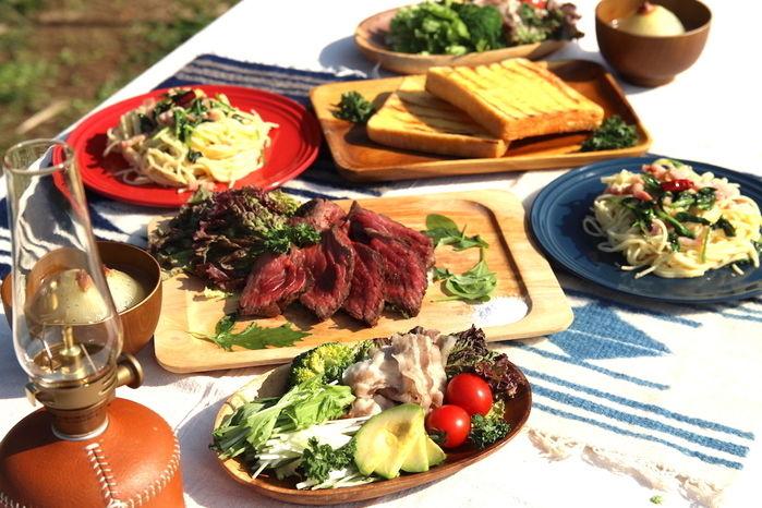 肉やパスタの豪華なランチ