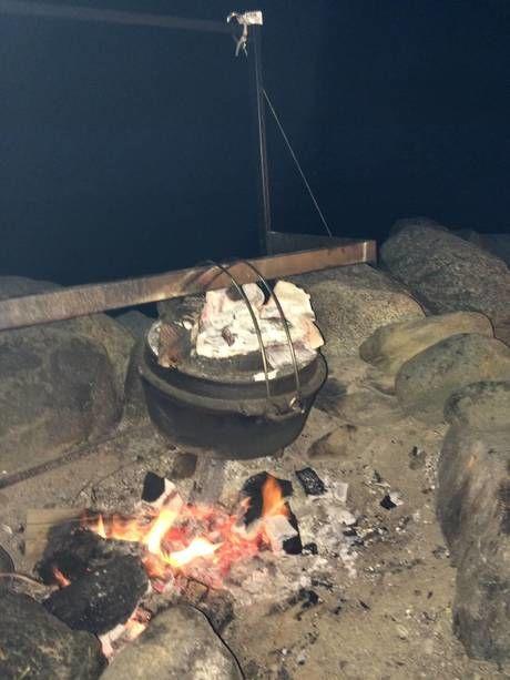 ダッチオーブンを使ってパンを焼いている様子
