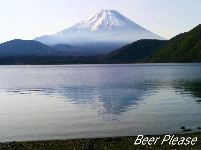 湖の向こう側にそびえ立つ富士山