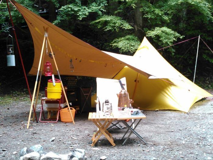 ソロキャンプ用のテントと道具が設営されている様子