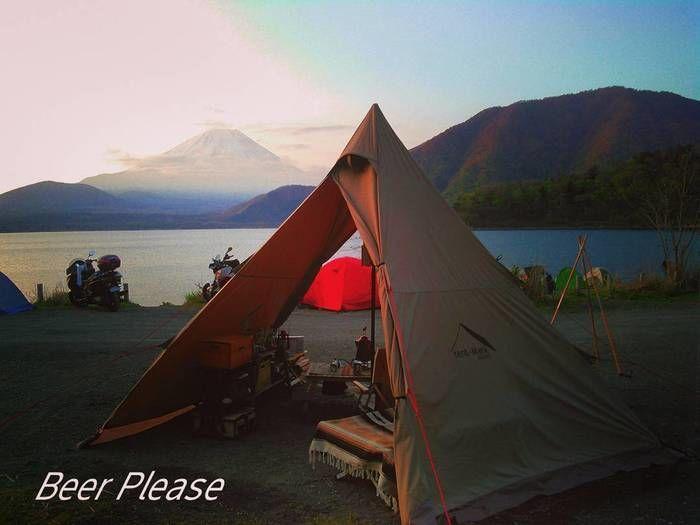 富士山の見える湖の近くでキャンプをしている様子