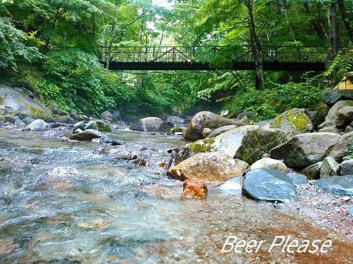 橋の下に流れる上流の川