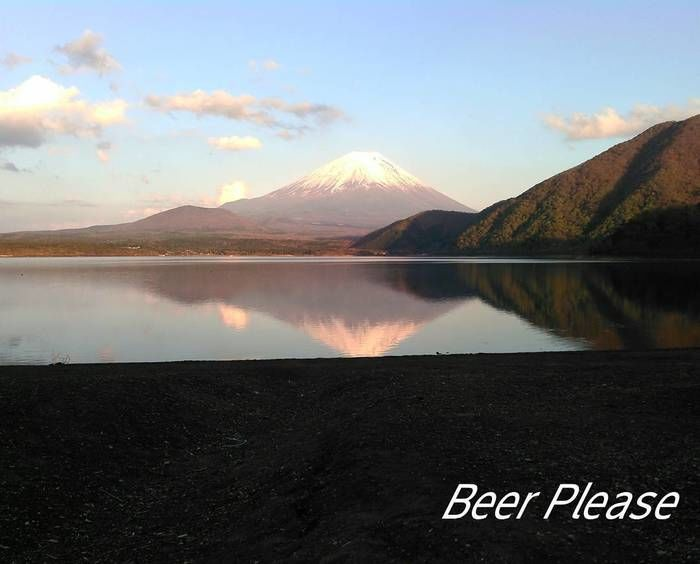 湖の向こう側にあり、湖に写る富士山