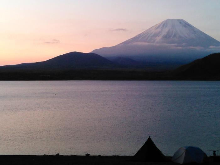 湖に臨む富士山
