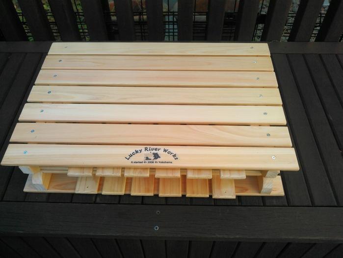コンパクトに折り畳まれたテーブル