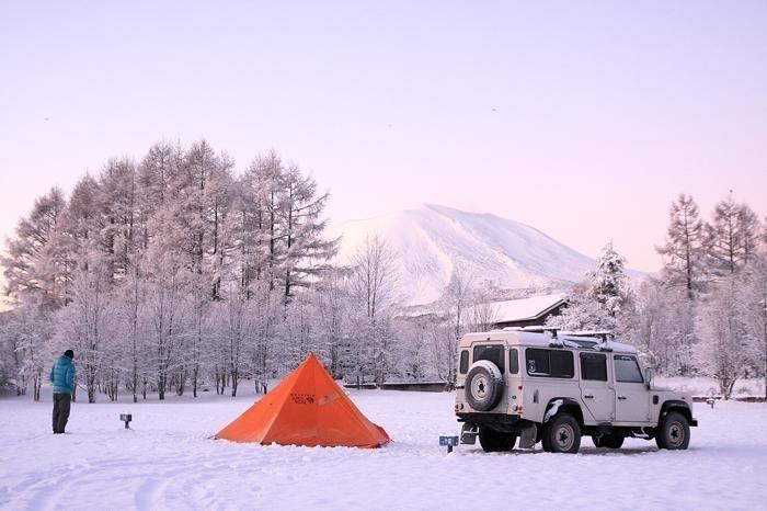 雪の中キャンプを楽しむ様子