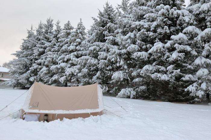 雪に埋もれたテント