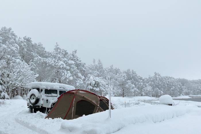 雪の中のテントとキャンピングカー