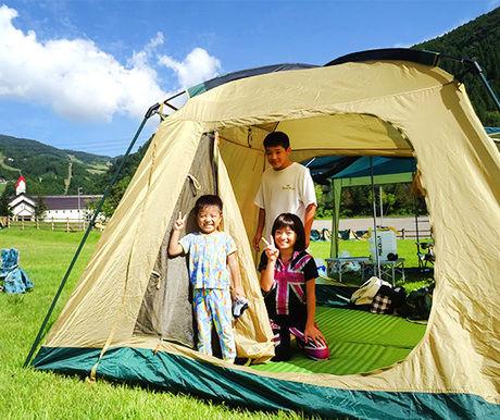 【岐阜】めいほう高原キャンプフィールドでテントに入っている子供達