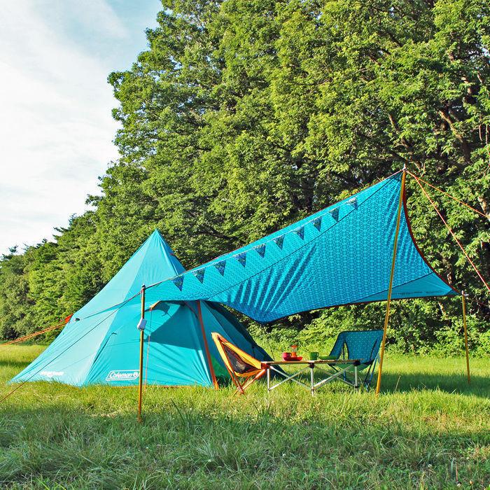 芝の上に設営された青いテント